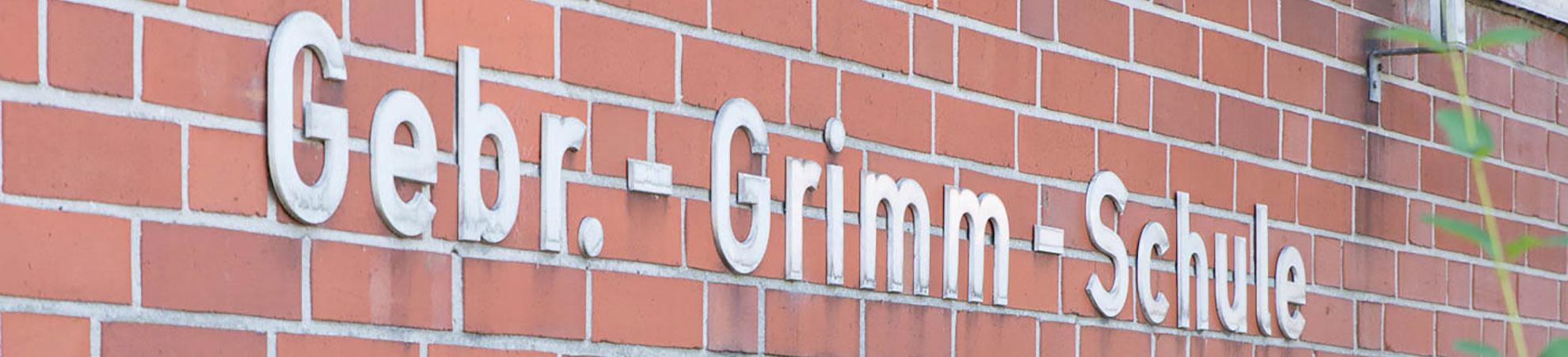 Aussenfassade mit Schriftzug der Gebr.-Grimm-Schule in Hamm.
